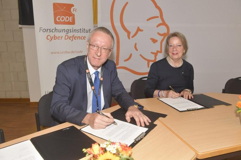 62 Prof. Niehuss:Purser, Unterzeichnung MoU ENISA.JPG