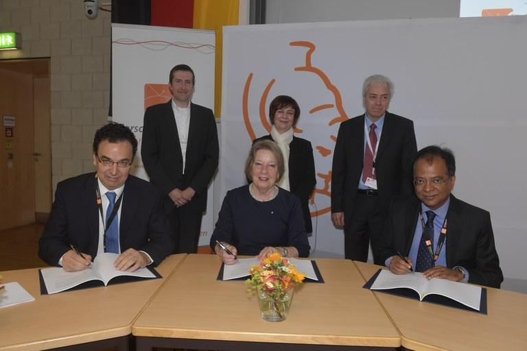 60 IBM, Unterzeichnung Vertrag QC.JPG