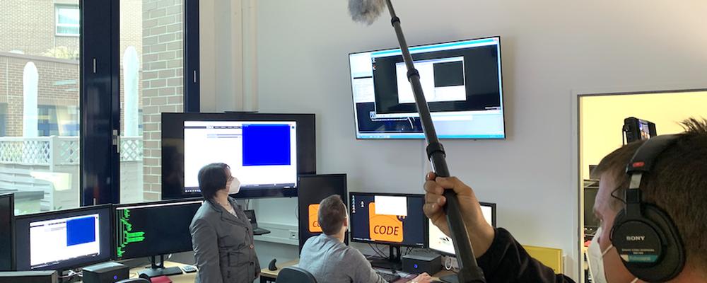 Filmteam beim Dreh in der Cyber Range