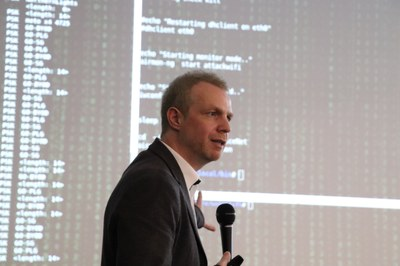 Prof. Arno Wacker hat bereits mehrfach Vorträge in der Industrie und Wirtschaft gehalten, in denen er über Themen der Informationssicherheit referierte.
