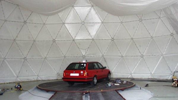 Fahrzeugdrehstand im Inneren des Radoms