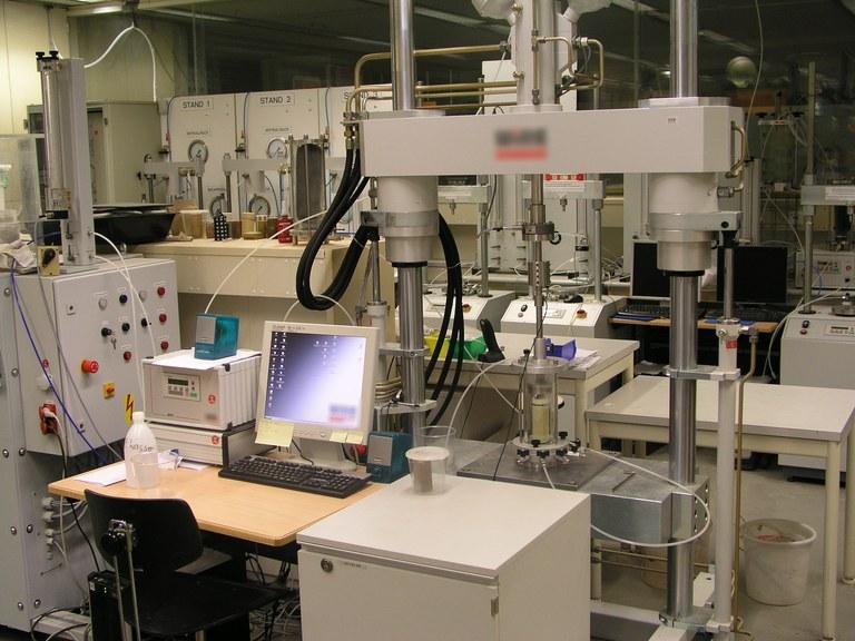 Dynamische Triax-Anlage (Boden).JPG