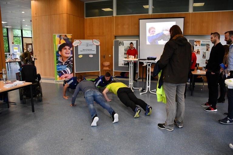 """Liegestütz-Challenge für den Verein """"Helfende Hände"""""""