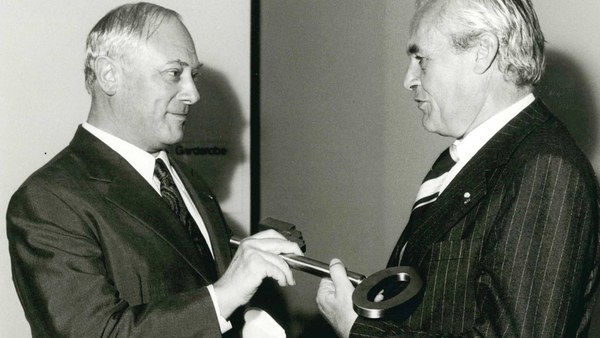 1977: Schlüsselübergabe