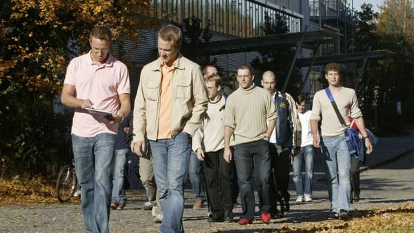 2001: Aufnahme von zivilen Studierenden