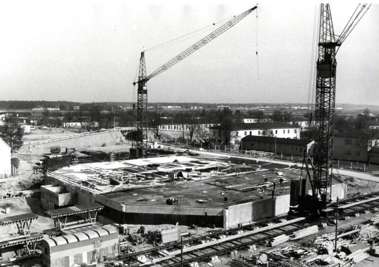 1975: Bau der Mensa