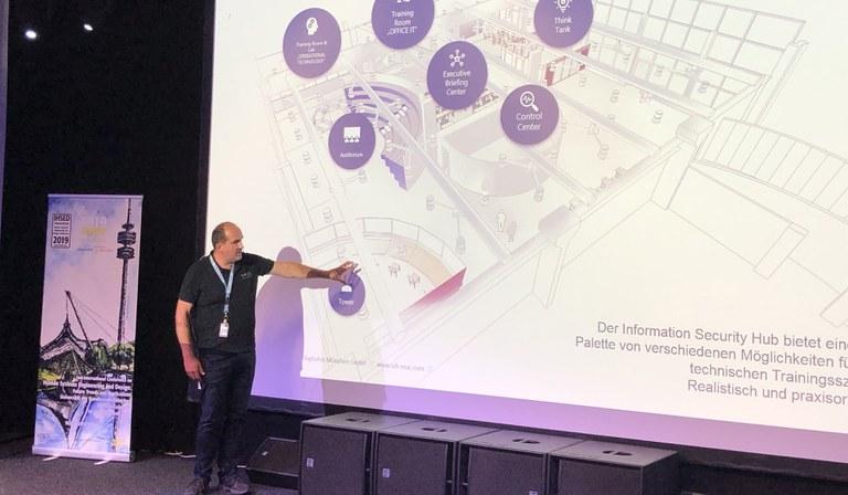Marc Lindike im Control Center des Münchner Information Security Hubs