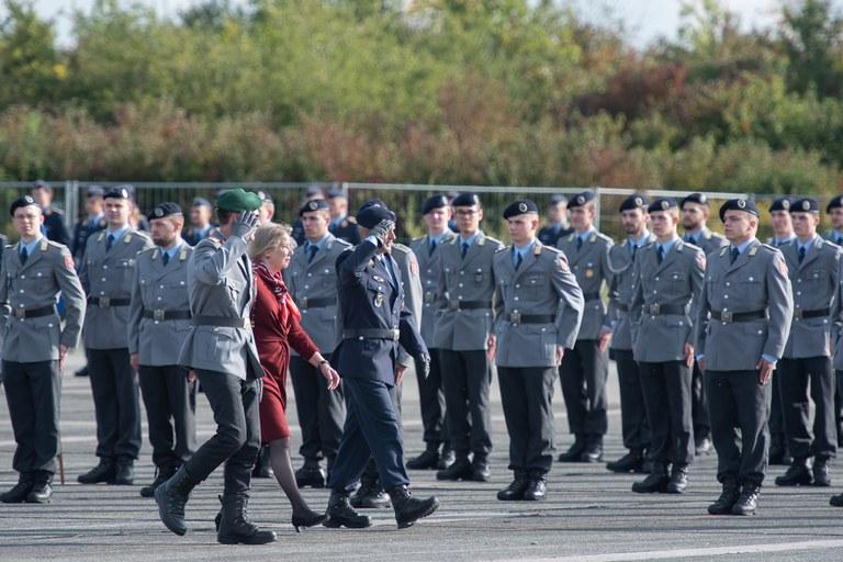 Präsidentin Prof. Niehuss (Foto Mitte), Generalmajor Schneider (Foto li.) und der Leiter Studierendenbereich Oberst Schlemmer (Foto re.) beim Abschreiten der Front.