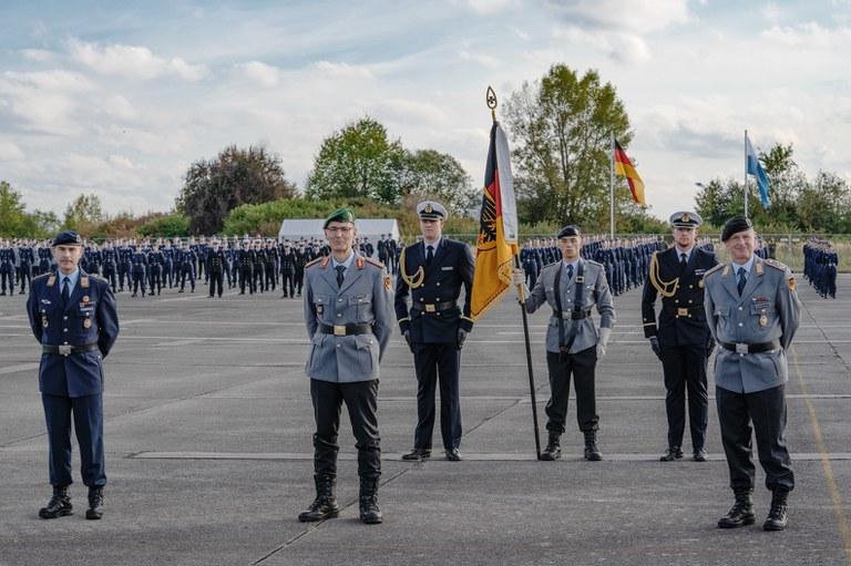 Übergabe der Leitung des Studierendenbereichs, durchgeführt von Generalmajor Schneider, von Oberst Schlemmer (Foto li.) an Oberstleutnant Henkelmann (Foto re.).