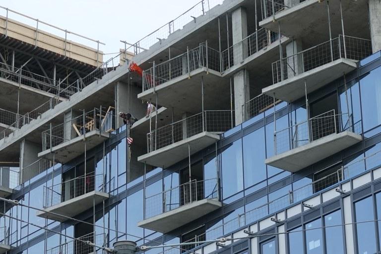 Hochbau in Bau, Detail Fassade und Rohbau