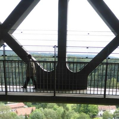 Als Größenvergleich ein japansicher Professor für Betonbau in der Brücke