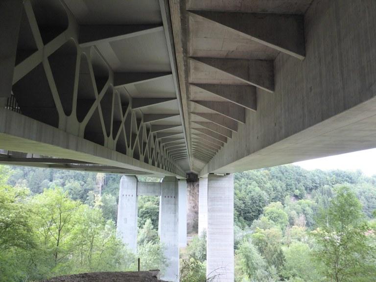 Mangfallbrücke von 1958-59 als Fachwerk (links) und geschlossener Kasten (erbaut im Taktschiebverfahren 1977-79) (rechts)
