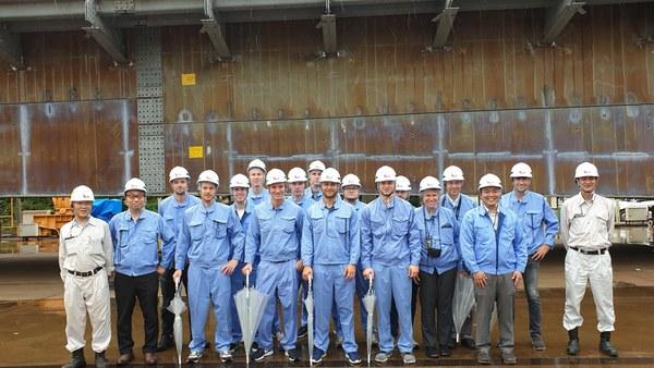 Gruppe vor Stahlbrücke bei FaB-Tec Japan Co in Toride