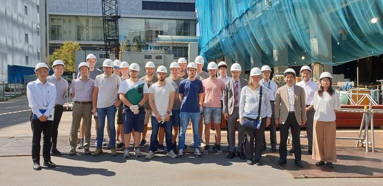 Gruppenfoto vor Tokyo Gas Shibaura B Hochhaus