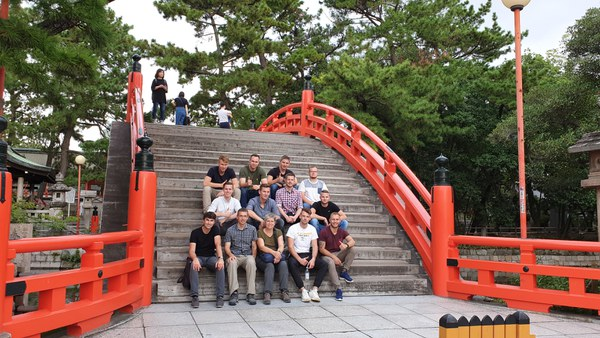 Gruppe auf der Sori-Hashi bei Sumiyoshi in Osaka