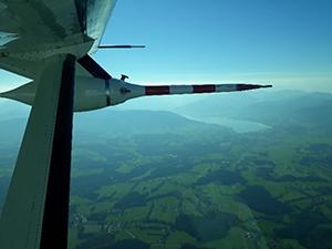 Aerodynamik Messpod der Cesna Caravan mit Tegernsee im Hintergrund