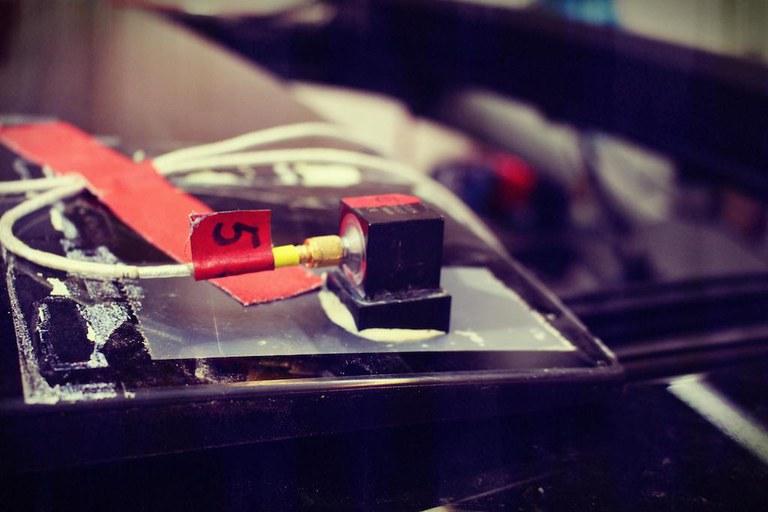 beschleunigungsaufnehmer-am-fahrzeug.jpg