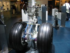 Hydraulik an einem Bugradfahrwerk eines Transportflugzeuges