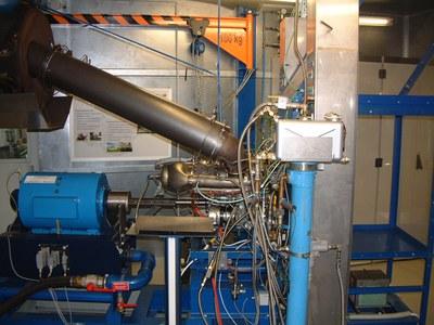 2-Wellen-Gasturbinenanlage  Im Labor für Strömungsmaschinen ist seit 2003 ein Hubschrauber-Triebwerksprüfstand in Betrieb. Bei dem verwendeten Triebwerk mit der Bezeichnung Rolls Royce Modell 250-MTU-C20B handelt es sich um eine 2-Wellen-Gasturbine, die u.a. in dem Militärhubschrauber BO 105 zum Einsatz kommt.