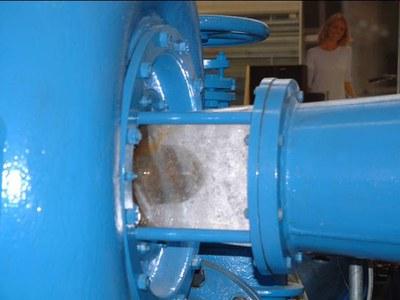 Kavitation Bei einer Kaplanturbine kann am Turbinenaustritt der Wasserdruck örtlich unterhalb des Dampfdrucks sinken. An diesen Stellen bilden sich Dampfblasen. Man spricht hierbei von Kavitation [cavitas, cavum (lat.): Höhle, Hohlraum].