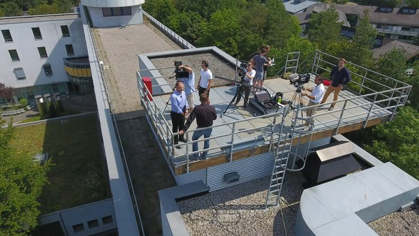Filmteam auf einer Dachterrasse