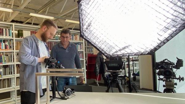 Das MZ Filmteam beim Dreh in der Bibliothek