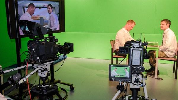 Akteure mit Kamera und Monitor