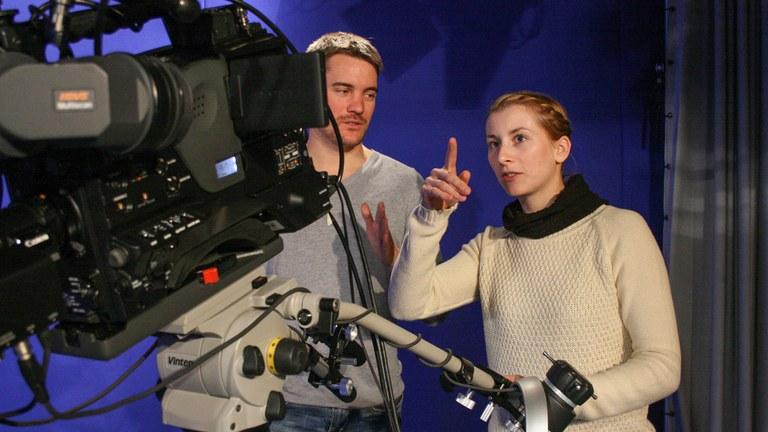 Studierende bei Studioaufnahmen