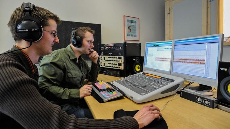 Studierende im Tonstudio