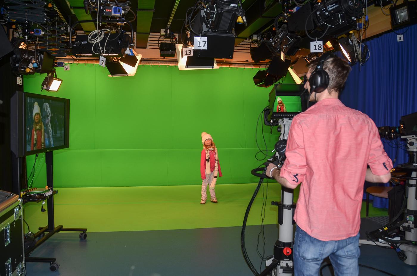 Der Monitor links hilft den Darstellern, mit dem Hintergrund zu interagieren.