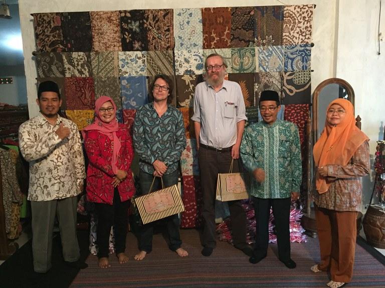 Besuch bei UNUGHA Cilacap/Java Batikproduktion - mit Dr. Gero v. Harder