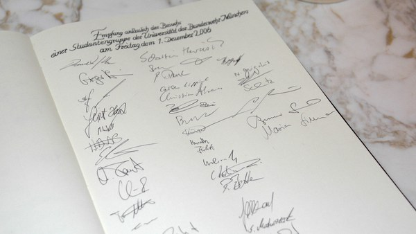 The Hague: Guest book of the German Ambassador