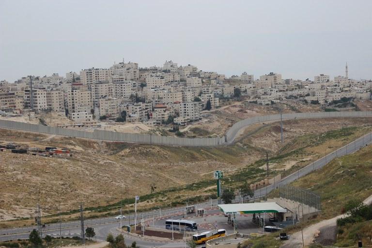 Ostjerusalem mit Sperrmauer