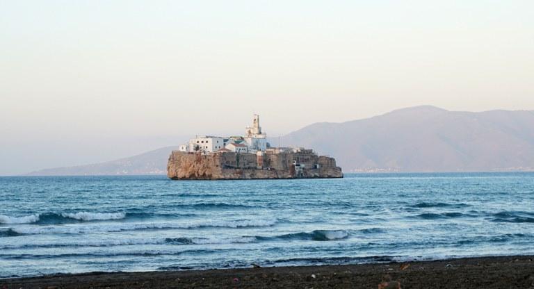 Peñón de Alhucemas (Spanien) vor marokkanischer Küste