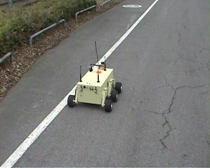 Kleinroboter verfolgt eine weiße Spurmarkierung
