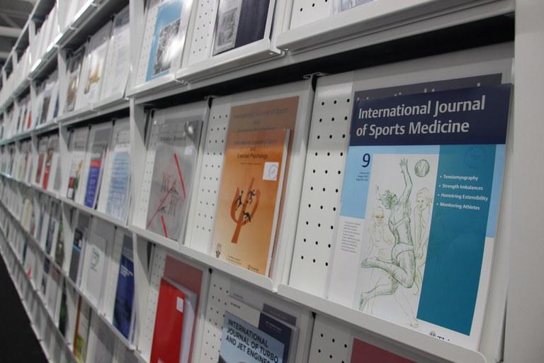 Universitätsbibliothek: über 700 gedruckte und 23.000 elektronische Zeitschriften