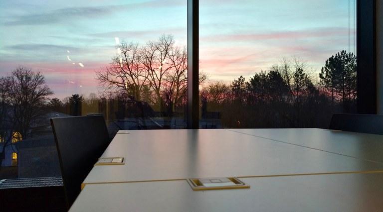 Universitätsbibliothek: Arbeitsplätze mit Morgen- und Abendrot
