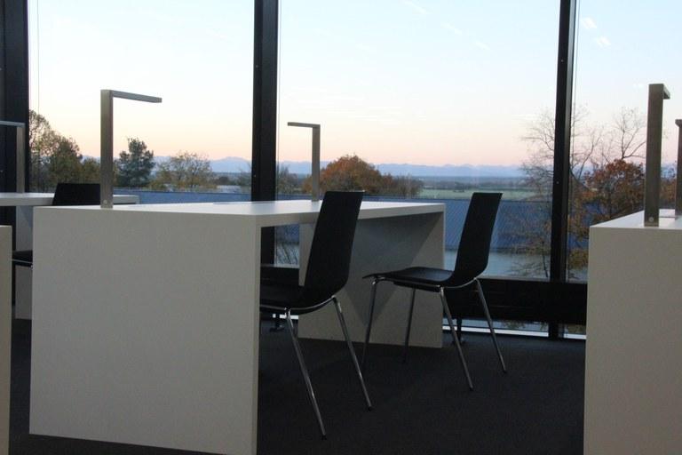 Universitätsbibliothek: über 300 Arbeitsplätze, viele mit Bergblick