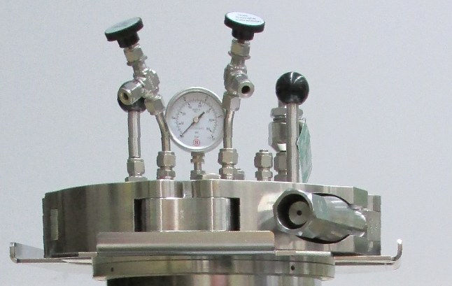 Autoclave lid with manometer and valves