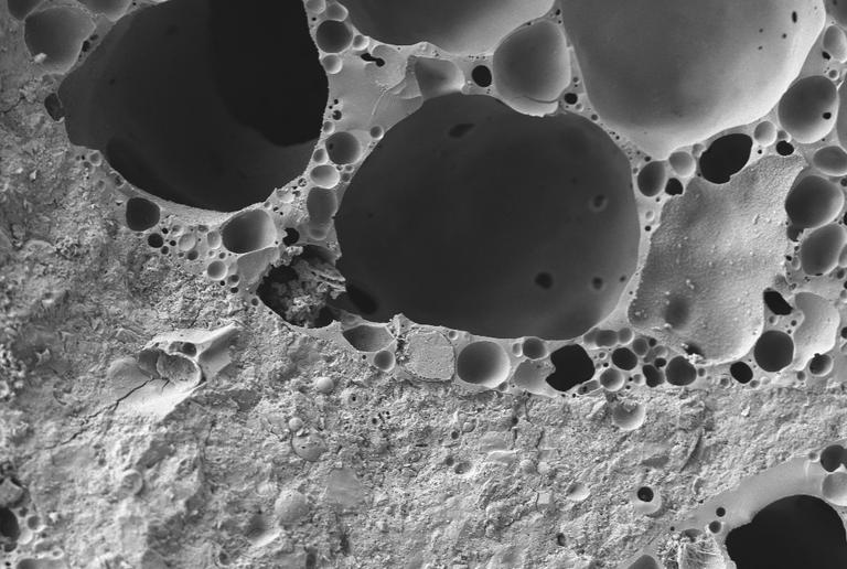 Verbundzone zwischen Blähglas und Mörtel in einem sehr leichten Leichtbeton