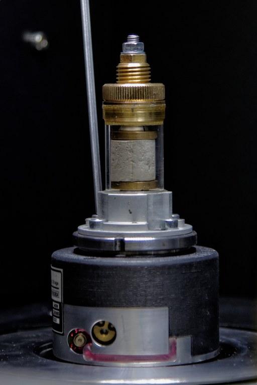 Belastungszelle des Computertomographen mit eingebauter Probe