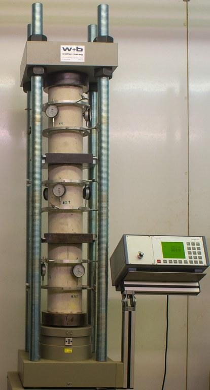 Zeitstandprüfmaschine zur Ermittlung des Kriechverhaltens von Baustoffen