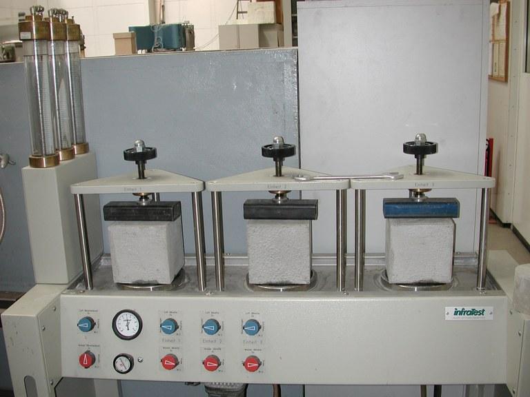 Prüfstand für Festbeton: Wassereindringtiefe unter Druck mit eingebauten Probekörpern