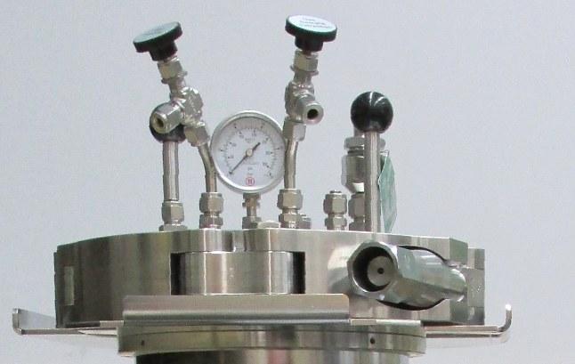 Autoklav-Deckel mit Manometer und Ventilen
