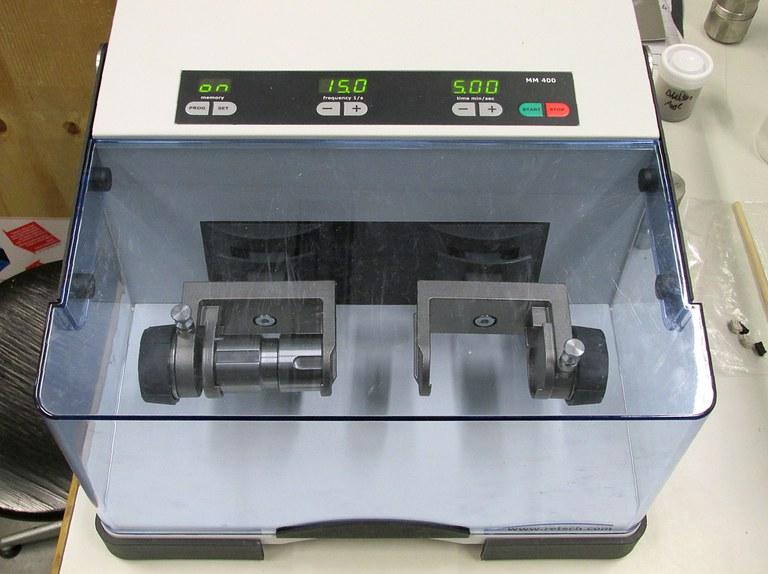 Schwingmühle Retsch MM 400 für eine Endfeinheit von 5 µm